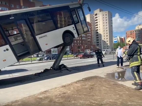 ТАСС: В Петербурге в ДТП с участием автобуса сильнее всех пострадал водитель