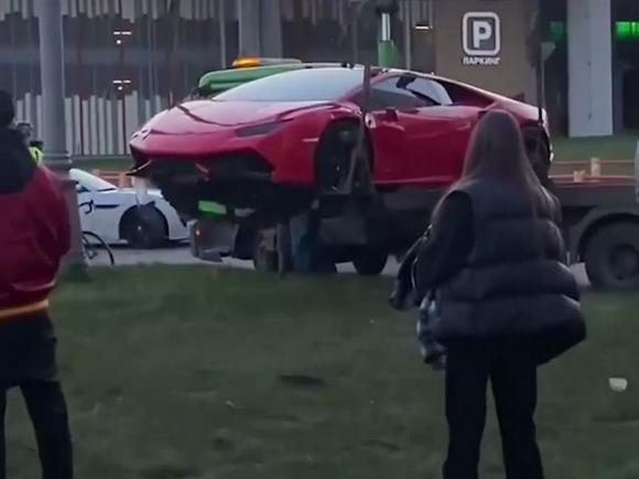У Москва-Сити столкнулись Lamborghini, Porsche и Infiniti (видео)