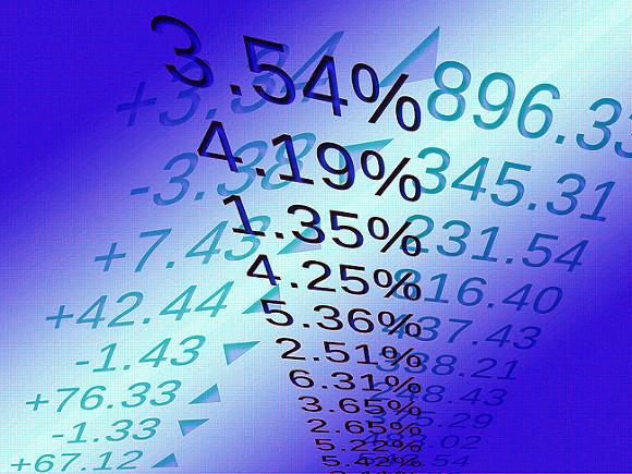 Российский рынок акций открылся снижением на 0,3-0,4%