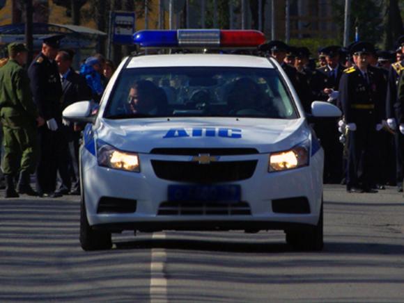 В Симферополе подростки водили хоровод вокруг полицейской машины