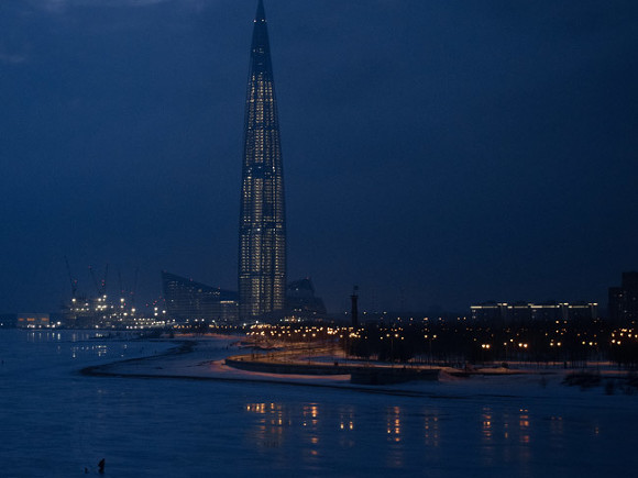 «Зевс карает»: петербуржцы сняли на видео молнии, бьющие в «Лахта Центр»