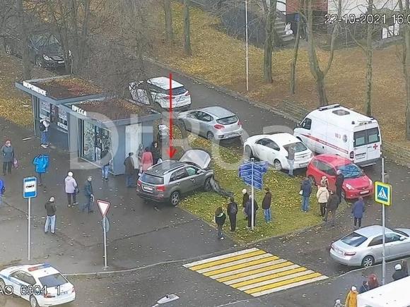 В Москве автомобиль вылетел на тротуар и сбил женщину с коляской