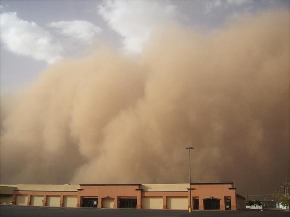 Мощная пыльная буря обрушилась на Китай (видео)